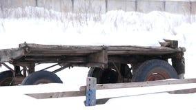 Vecchio carretto sull'azienda agricola nell'inverno stock footage