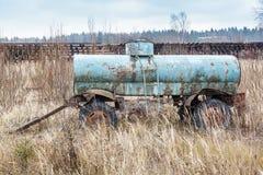 Vecchio carro armato arrugginito del rimorchio dell'automobile Fotografie Stock