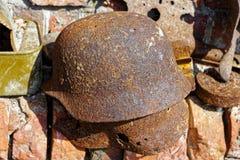 Vecchio casco tedesco arrugginito dei periodi della seconda guerra mondiale immagini stock libere da diritti