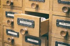 Vecchio cassetto di catalogo di legno dei file di archiviazione immagine stock