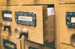 Vecchio cassetto di catalogo di legno dei file di archiviazione, archivi record personali immagini stock