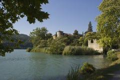 Vecchio castello circondato dal lago Fotografia Stock