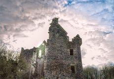 Vecchio castello della Camera di Auchens di rovine antiche Immagini Stock
