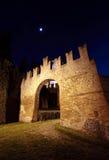 Vecchio castello di Bazzano entro la notte Immagini Stock Libere da Diritti