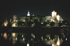 Vecchio castello di Iluminated durante la notte fotografia stock libera da diritti