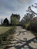 Vecchio castello halftimbered su un villaggio immagini stock