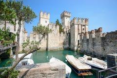 Vecchio castello nella città Sirmione al lago di Garda Fotografia Stock