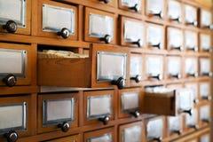 Vecchio catalogo delle biblioteche immagini stock