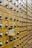 Vecchio catalogo di carta di legno in biblioteca immagine stock