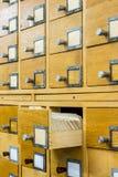 Vecchio catalogo di carta di legno in biblioteca immagini stock libere da diritti