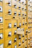 Vecchio catalogo di carta di legno in biblioteca fotografia stock libera da diritti