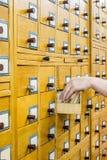 Vecchio catalogo di carta di legno in biblioteca immagini stock
