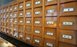 Vecchio catalogo di legno con le lettere sui cassetti, vista laterale delle biblioteche immagini stock libere da diritti