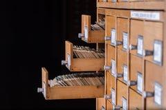 Vecchio catalogo di riferimento delle biblioteche con il cassetto di carta aperto fotografia stock libera da diritti