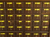 Vecchio catalogo di scheda di legno in libreria tailandese fotografie stock