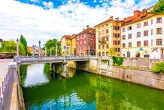 Vecchio centro città di Transferrina, vista del fiume di Ljubljanica nel centro urbano Panorama storico della vecchia costruzione fotografia stock