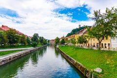 Vecchio centro città di Transferrina, vista del fiume di Ljubljanica nel centro urbano Panorama storico della vecchia costruzione immagine stock libera da diritti