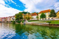 Vecchio centro città di Transferrina, vista del fiume di Ljubljanica nel centro urbano Panorama storico della vecchia costruzione immagini stock libere da diritti