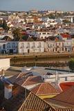 Vecchio centro edificato di Tavira, una piccola città sulla costa popolare di Portugal's Algarve immagini stock
