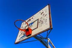 Vecchio cerchio di pallacanestro all'aperto fotografie stock