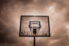 Vecchio cerchio di pallacanestro all'aperto in disuso immagini stock
