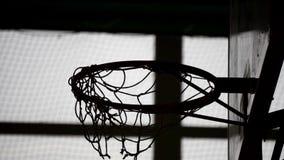 Vecchio cerchio di pallacanestro dell'interno in palestra alla scuola La palla ha colpito l'anello archivi video