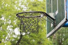 Vecchio cerchio di pallacanestro nel parco della città Fotografia Stock Libera da Diritti
