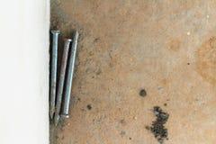 Vecchio chiodo del metallo su fondo e su struttura Immagini Stock