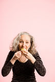 Alta definizione della donna del ritratto di rosa della gente reale divertente del fondo Fotografia Stock Libera da Diritti