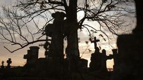Vecchio cimitero con gli incroci antichi 5 stock footage