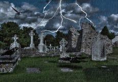 Vecchio cimitero con i corvi ed il temporale illustrazione vettoriale
