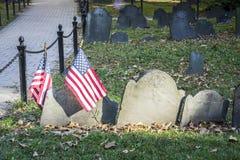Vecchio cimitero con le bandiere degli Stati Uniti a Boston, U.S.A. Immagine Stock