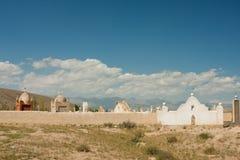 Vecchio cimitero musulmano nel paesino di montagna sotto il cielo blu Fotografie Stock Libere da Diritti