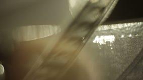 Vecchio cineproiettore che gioca nella notte Primo piano di una bobina con un film video d archivio