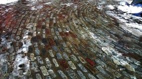 Vecchio ciottolo variopinto con neve immagini stock