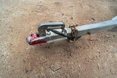 Vecchio collegamento del rimorchio del metallo con la catena arrugginita fotografia stock