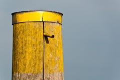 vecchio colore giallo del palo Fotografie Stock Libere da Diritti