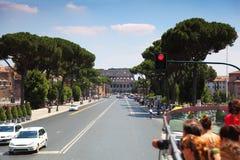 Vecchio Colosseo del amphitheater, molti turisti, traffico Fotografia Stock