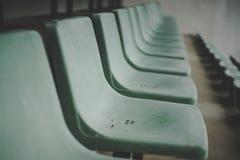 Vecchio Colosseo verde, vecchia seduta, campo da tennis immagini stock libere da diritti