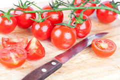 Vecchio coltello dei pomodori freschi Fotografia Stock