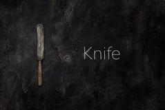 Vecchio coltello della fattoria su calcestruzzo con la vista superiore del testo Fotografia Stock