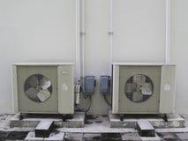 Vecchio compressore bianco del condizionamento d'aria Immagine Stock
