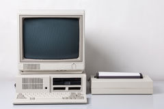 Vecchio con computer personale Fotografia Stock