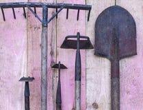 Vecchio concetto degli strumenti di giardino, usato bene fotografia stock