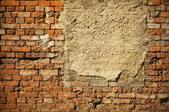Vecchio concreted imbarcato sulla finestra su un muro di mattoni rosso abbandonato Immagini Stock