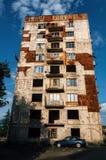 Vecchio condominio residenziale distrutto abbandonato in Chiatura, Georgia Fotografie Stock