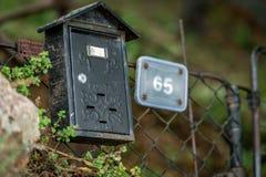Vecchio contenitore di posta sul recinto Fotografie Stock Libere da Diritti