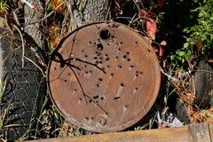 Vecchio coperchio del barilotto utilizzato come obiettivo della fucilazione Fotografia Stock
