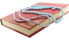 Vecchio Corano chiuso e Padrenostri Immagini Stock Libere da Diritti