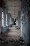 Vecchio coridoor abbandonato dell'ospedale Immagini Stock